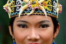 Bornéo-Kalimantan Authentique / L'île de Bornéo - Kalimantan pour sa partie indonésienne - recèle de nombreuses richesses, tant naturelles que culturelles. Malheureusement ses faibles infrastructures rendent délicate l'organisation de séjour de longue durée sur place. Nous vous proposons la découverte du parc naturel de Tanjung Puting, réserve de biosphère reconnue par l'UNESCO, afin d'y observer les nombreuses espèces animales, notamment les célèbres orangs-outans, espèce endémique de Bornéo et de Sumatra.