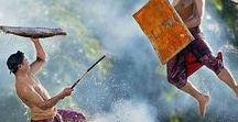 Lombok Authentique / Lombok s'est fait connaitre ces dernières années du grand public comme une alternative à Bali dont elle est voisine, reliée par voie maritime et aérienne à coût modéré. L'ouverture de son nouvel aéroport international lui a permis de devenir une destination phare avec pour joyaux de magnifiques plages de sable blanc. La réserve naturelle du volcan Rinjani, les îles Gilis mais aussi celles moins connues permettant de véritables robinsonnades, sont les autres points forts de la destination.