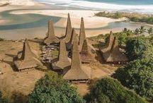 Sumba Authentique / Sumba, longtemps inconnue des voyageurs, commence à jouir d'une réputation certaine auprès de ceux qui cherchent avant tout à s'écarter des routes touristiques habituelles. Sa culture unique y est encore très préservée tout comme ses villages traditionnels et ses superbes plages de sable fin sertissent son littoral.