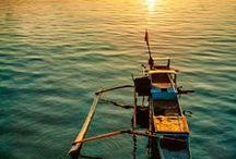 Sumbawa Authentique / S'il y a bien une des petites îles de la Sonde dont les voyagistes ne proposent quasiment jamais la découverte, c'est Sumbawa. Le développement de l'islam conjugué à la terrible éruption du volcan Tambora en 1815, à l'origine de ce que l'on appela l'année sans été, ont en effet eu raison des cultures originelles qui se partageaient cette île située entre celles de Lombok et de Flores. Il en reste néanmoins quelques traces à l'ouest de Sumbawa où l'on peut encore admirer l'habitat traditionnel.