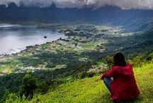 Sumatra Authentique / Situé à l'extrême ouest de l'archipel indonésien, Sumatra est une île sauvage, majoritairement recouverte de jungle profonde, aux paysages grandioses. En plus d'une nature exubérante comptant de nombreuses espèces endémiques, dont les fameux orangs-outans et le tigre de Sumatra, on y trouve également des peuples aux cultures bien spécifiques notamment dans la région du lac Toba, au pays Minang et dans les îles Nias et Mentawai.