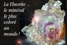 """Fluorite / La fuorite est un minéral qui revêt de nombreuses couleurs, toutes les couleurs du """"spectre"""" sont présentes : vert, bleu, rose, jaune, violacé doux ... Elle fut baptisée """"la pierre la plus colorée du monde""""."""