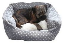 Bedtime for dogs! / 40 Winks beds are designed to offer a quality bed at a great price. Available in a choice of popular fabrics and designs ranging from the modern/contemporary like our grey spot fleece to refreshed 'classics' like our lovely cord with sheepskin lining. We even have a tough anti-chew fabric and a funky, but wonderfully practical water-resistant fabric.