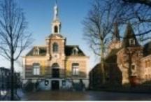 Monumenten / Hilversum is een stad van jonge monumenten. Hilversum heeft zowel gemeentelijke-, rijks- als provinciale monumenten. Op dit bord krijgt u een indruk van de diversiteit aan monumenten in deze stad. Op http://hilversum.geotalk.nl/# zijn alle monumenten in kaart gebracht. Op www.hilversum.nl staan zelfs wandelroutes langs monumenten aan de hand van een podcast.