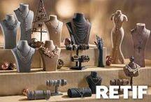 Expositores para joyerías / Descubre en Retif todo tipo de expositores para decorar tu escaparate. Muestra todos tus productos de una manera elegante y original. ¡Dale un toque especial a tu joyería!