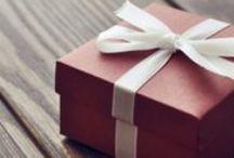 Paquetes y cajas de regalo / Bienvenido al tablero de cajas de regalo de Retif. Descubre las últimas colecciones en papel de regalo, materiales, sobres... todo para que la presentación de tus productos sea la más oroginal.