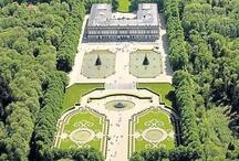 """Schloss Herrenchiemsee - Herreninsel im Chiemsee / Die Insel Herrenchiemsee ist auch als Herreninsel bekannt, frühere Bezeichnung Herrenwörth - sie ist die größte der 3 im Chiemsee liegenden Inseln. Die Insel wurde 1873 von König Ludwig II. erworben, worauf er hier sein Schloss Herrenchiemsee erbaute, die Touristenattraktion - die """"Kopie"""" von Versailles - das Neue Schloss Herrenchiemsee. Außer dem Neuen Schloss befindet sich auf der Insel auch das als Alte Schloss Herrenchiemsee - ehemaliges Kloster und Chorherrenstift"""