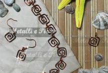 Metalli - Fantasia Spirale / Questa parure, in rame o alluminio colorato, è lavorata interamente a mano da un'esperta del campo orafo. Il motivo delle maglie è a spirale e disponibile in vari colori. La parure include collana, bracciale e ciondolo e orecchini. Per qualsiasi informazione, contattatemi.