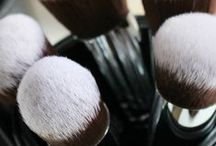 Makeup Organization Ideas / Organize the junk in your trunk, or purse, or vanity! Our favorite tips for caring and storing your favorite makeup and hair tools, at home or when travelling.