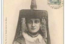Bressane / Le costume traditionnel de fête de la Bresse (France) comporte, pour les femmes, un chapeau large, en forme de plateau, surmonté d'un cône noir.