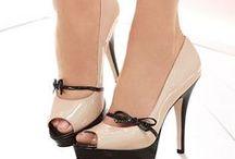 Cipők, szandik, csizmák.