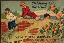 Etiquetas naranjeras / Las primeras etiquetas naranjeras aparecen a mediados del siglo XIX, como respuesta a la necesidad de exportación. Se calcula que hubo al menos 5.000 marcas de naranjas desde 1895 hasta 1960. Con el fin de captar la atención del consumidor, las etiquetas naranjeras tenían  colores muy llamativos y se colocaban en los laterales o el frontal de las cajas de madera, y quedaban como un cartel pegado en soporte rígido, que se  conocía como cromo.