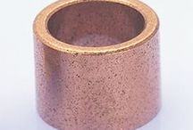 Bagues Autolubrifiantes / Nos bagues en bronze autolubrifiantes sont réalisées dans un bronze alliage cuivre-étain imprégné d'huile minérale. Elles offrent un excellant coefficient de frottement et une très bonne résistance à la corrosion. Sous l'effet d'aspiration crée par la rotation, il se forme un coussin d'huile, véritable film hydrodynamique qui assure la lubrification du coussinet et évite les opérations de graissage.