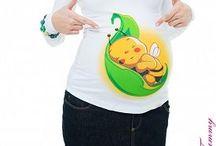 Těhotenská trička s potiskem / Předejte svou zprávu s důvtipem a beze slov ;-)  Těhotenská trička s originálním potiskem perfektně sedí a přizpůsobují se tvaru těla, zatímco Vaše bříško roste.  Široká škála potisků umožňuje oznámit těhotenství s důvtipem a beze slov ;-).  Díky neuvěřitelné kombinaci bavlny a modalu je tričko měkké a jemné na dotek - bříško se tak cítí jako v bavlnce.   Vysoká gramáž (šedá trička 160 - 200 g/m2, ostatní barvy 220g/m2)
