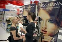900 sklep Rossmanna w Polsce / Firma Rossmann ma już ponad 900 swoich sklepów w Polsce. Dokładnie 17 czerwca 2014 roku w warszawskiej Galerii Mokotów Rossmann otworzył swoją drogerię numer 900. Posiada ona największy asortyment produktowy ze wszystkich stołecznych placówek.