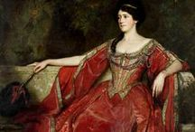 HISTORICAL BORDEAUX & RED PRINTED DRESSES / HISTORICAL BORDEAUX & RED PRINTED DRESSES