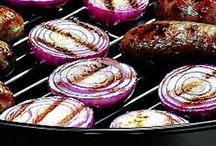 Grilled Onions / When the weather is warm, everything tastes better on the grill! From kebabs and skewers to sandwiches and burgers, grilling onions brings out their delicious flavor!