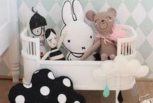 Tendance Noir & Blanc / Linge de lit, objets déco et peluches, tapis, papier peint, jolies affiches, vêtements et faire-part de naissance… :  découvrez plein d'idées dans notre joli tableau de tendance !
