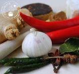 Kruiden en specerijen / Herbs & spices / In mijn keuken gebruik ik heel veel verse kruiden maar ik heb ook een hele verzameling gedroogde en gemalen specerijen. Ik maak altijd mijn eigen boemboe's (kruidenmengsels) voor mijn Indische en Thaise gerechten en ik stel mijn eigen dry rubs en mengsels graag samen. Je kunt nooit genoeg kruideninspiratie hebben in je keuken!