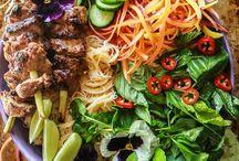 Vietnamese recepten/Vietnamese food / Van de Vietnamese keuken wordt ik heel erg blij! Heerlijk groenten, pho, rijstrolletjes, verse kruiden daar wordt ik gelukkig van. Ik probeer hier zoveel mogelijk recepten te vinden en zelf uit te proberen.