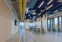 Design Thinking Line / Nach den Vorstellungen der HPI School of Design Thinking in Potsdam entwickelte System 180 die DT-Line. Vorgabe beim Design der einzigartigen Möbelserie waren Leichtigkeit, Vielseitigkeit und Mobilität.   Die Serie besteht aus zwei multifunktionalen Steh-, Arbeits- und Besprechungstischen auf Rollen – dem Table DT-Line T4 und T6 und einem flexiblen Raumteiler-Tafel-Element – dem Whiteboard DT-Line.