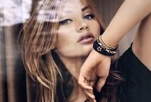 Kolekcje | Pilgrim / Jesienna kolekcja 2012 duńskiej marki PILGRIM zawiera perły, szlachetne kamienie, kryształy (m.in. elementy Swarovskiego) oraz szklane i żywiczne koraliki oprawione w złoto i srebro. Zgodnie z najnowszymi trendami, w kolekcji znajdują się duże kolczyki i pierścionki oraz wisiorki i bransoletki o niespotykanym wyglądzie. Kolekcja dostępna w Salonach TERPIŁOWSKI www.terpilowski.com.pl