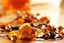 Kamienie | Bursztyn / Bursztyn, powstały z żywicy drzew, uosabia ideę pierwotnego piękna. Biżuteria najlepiej wydobywa jego szlachetną naturalność oraz niezwykłą różnorodność barw: piękne, świetliste miody, ciepłe złoto, delikatne brązy i przygaszone żółcie. Pozwala tworzyć oryginalną, naturalnie piękną biżuterię, zachwycającą różnorodnością, oryginalnością i fantazyjnością. Kolekcja dostępna w Salonach TERPIŁOWSKI www.terpilowski.com.pl