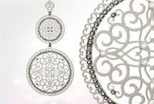 Kolekcje | Leetal Kalmanson / Marka, która zrewolucjonizowała rynek fashion i zdobyła uznanie na całym świecie.   Wszystkie produkty Leetal Kalmanson wykonywane są ręcznie w Izraelu, z najwyższej jakości metali uszlatechetnianych. Biżuteria zdobiona jest kryształami Swarovskiego i Bohemskimi oraz różnego typu kamieniami.