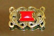 Broscher , smycken