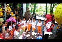Kunjungan / Edukasi PAUD & TK Mulai dari proses penjemuran, belajar menanam benih kakao, belajar tentang kebun kakao mulai dari pemeliharaan pohon sampai pada pemanenan buah, dilanjutkan menghias coklat, dan terakhir ada fun game yang menarik untuk anak anak.