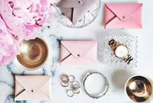 Gift Guide / Take a look at our lovely gift selection, always sent in a personalized box with bow and card. In addition, you can find just the kind of inspiration you need to make sure your loved ones are as happy as can be.