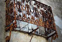 'la fenetre.. 'la porte... 'un vieux batiment'...