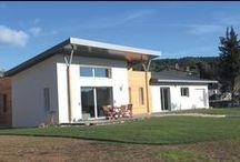 Villa Oxygène / La villa Oxygène, d'architecture contemporaine comprend de vastes espaces de vie. C'est une villa de plain pied de 125 m2 avec un garage de 22 m2 pouvant être aménagé, des terrasses spacieuses en bois de 35 m2 sur un terrain paysagé et arboré de 1000 m2 avec une vue imprenable sur les collines de Marcel Pagnol. Réalisée avec des matériaux innovants comme le zinc, les bardages bois, des tuiles ardoises...