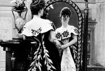 1900s evening fashion / │ women's vintage fashion from 1900-1909 │ still looking slightly Victorian and women wore corsets │ the S-bend silhouette emerged and the Gibson girl look was in vogue │ the more relaxed Edwardian style appeared towards end of the decade │
