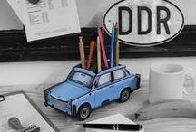 50 Jahre Trabant P601 / Der Trabant 601 hat Geschichte geschrieben - früher als Rennpappe oder Schuhkarton verlacht, besitzt er heute Kultstatus. Zu seinem 50. Geburtstag und zum 25. Jahrestag des Mauerfalls widmet Werkhaus dem liebenswerten Kult- Kleinwagen nicht nur eine eigene Produktlinie, sondern auch eine Pinnwand - für alle Liebhaber des knatternden Zweitakters!