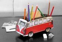 VW T1 Bulli auf großer Fahrt! / Das legendäre VW Modell T1 auf großer Fahrt als Transporter für die wichtigsten Schreibtisch-Utensilien. Verschiedene Modelle und Designs - auch erhältlich als CD-Sammler, Tissue-Box, Bücherbus, Flaschenträger und sogar als Blumenkasten!