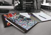 Originell und stabil - Werkhaus Photomappen! / Die Mappe wird durch ihre starke Dokumentenklemme zu einem vielseitig einsetzbaren Helfer. Das über die Ecken gezogene Verschlussgummi hält den Inhalt zusammen, um vor all zu neugierigen Blicken zu schützen. Die ausgewählten Motive bringen Farben auf Ihren Schreibtisch. Deckel und Rücken bestehen aus stabilen Holzwerkstoffplatten (MDF), die mit einem hochauflösenden Digitaldruck kaschiert sind. Zum Schutz vor Beanspruchung ist die Oberfläche mit einem UV-härtenden Lack versehen.