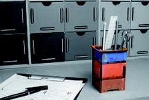 Klein aber oho! Die Werkhaus Twinbox - Spar- oder Stiftedose! / Die Werkhaus Twinbox kommt wie ein Mini-Photohocker daher, braucht sich aber keineswegs zu verstecken. Für das pfiffige Steckkästchen gibt es zwei austauschbaren Deckel und es bietet Ihnen damit zwei Nutzen: Stiftebox oder Spardose.   Die Twinbox besteht aus stabilen Holzfaserplatten (MDF), kaschiert mit hochauflösendem Digitaldruck, und in Form gebracht durch das Original-Werkhaus-Stecksystem.