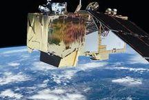 Like a satellite... ESA-Serie / Mit diesen coolen Items bringst du Weltraum-Flair in dein Büro oder deine Wohnung! Die Satelliten von der European Space Agency (ESA) schießen spannende Bilder von der Erd- oder Marsoberfläche und wir dürfen sie auf unsere kultigen Hocker, Stifteboxen und Mappen drucken.