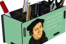 Luther lebt! / Luthers Thesen feiern dieses Jahr ihr 500. Jubiläum und Werkhaus ist mit dabei. Dazu wird der Reformator bei uns auch ganz modern ins Bild gesetzt, sodass Hocker, Stifteboxen und Co auch die nächsten 5. Jahrhunderte aktuell sind. Alle Produkte bekommt ihr in unserem Onlineshop oder auch bei unserem Pavillion in Wittenberg.