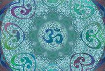 """Mandala Day* / *Marque """"déposée""""du Champ des Possibles :-), le Mandala day est le jour du Mandala : des mandalas en veux-tu, en voilà ! Parce que le mandala nous offre de méditer, de respirer, de dessiner, de rêver ou tout simplement  de décorer notre journée. Chaque mandala, chaque « roue du temps » comporte des éléments significatifs liés au corps, à la parole, à l'esprit… Le mandala fait du bien à notre être."""