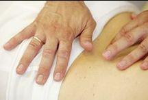"""Terapia manualna / Odwiedzający Klinikę Uzdrowiskową """"Pod Tężniami"""" mogą skorzystać z zabiegów terapii manualnej. Za ich pomocą leczy się m.in. dolegliwości kręgosłupa, bóle mięśni, zwyrodnienia oraz urazy stawów, a także likwiduje napięcia, które wynikają ze stresu bądź przemęczenia."""