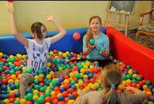 """Pokój Zabaw / Podczas pobytu w Klinice Uzdrowiskowej """"Pod Tężniami"""" atrakcje czekają nie tylko na dorosłych. Do dyspozycji dzieci jest m.in. kolorowy pokój zabaw."""