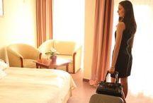 """Pokoje / Klinika Uzdrowiskowa """"Pod Tężniami"""" oferuje noclegi w 267 pokojach i apartamentach. Wszystkie są funkcjonalnie wyposażone i gwarantują przyjemny, wygodny pobyt."""
