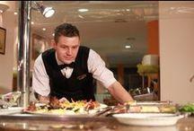 """Restauracja / W Klinice Uzdrowiskowej """"Pod Tężniami"""" goście mogą spróbować wyjątkowej kuchni. Do ich dyspozycji są sala restauracyjna ogólna i dietetyczna. W menu dominują potrawy polskie, które są przygotowywane według tradycyjnych receptur."""