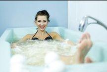 Kąpiel solankowa / Kąpiel w naturalnej wodzie chlorkowo-sodowej stosowana jest przy wielu dolegliwościach. Są to m.in. choroby reumatyczne, zwyrodnienia, przewlekłe choroby dróg oddechowych, stany po urazach kości i stawów czy nerwice wegetatywne. Zabieg ma jednak właściwości nie tylko prozdrowotne, ale również poprawia nastrój.