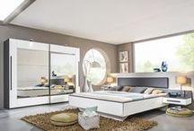 Schlafwelten / Ein Schlafzimmer kann gar nicht wohnlich genug sein – Gemütlichkeit könnt ihr natürlich mit modernen Akzenten oder klassischer Eleganz ergänzen. Raffinierte Boxspringbetten, großräumige Kleiderschränke und chice Nachttische machen euren persönlichen Ruhepol aus.