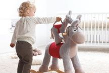 Rund ums Baby / Sorgt dafür, dass sich euer Baby schon ab dem ersten Tag Zuhause wohlfühlt! Bequeme Babybetten mit Baldachin, praktische Wickelkommoden und Laufgitter aus natürlichem Echtholz schaffen ein wohliges Ambiente. Dazu lassen süße Spielsachen Kinderherzen höher schlagen.