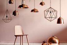 Wohnen mit Kupferfarben / Gerade in den kälteren Jahreszeiten sind warme Kupferfarben in eurem Zuhause eine Quelle der Behaglichkeit und Gemütlichkeit. Ziert eure vier Wände mit schönen Kerzenständern, Lampen und anderen Kleinigkeiten und erfreut euch an einer wunderbar angenehmen Atmosphäre.