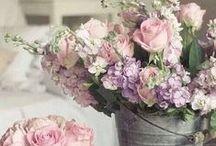 Romantik / Verschönert euer Zuhause mit femininen, verspielten Wohnideen und Accessoires. Liebliche Blumenmuster und Schnörkel zaubern ein romantisches Ambiente.